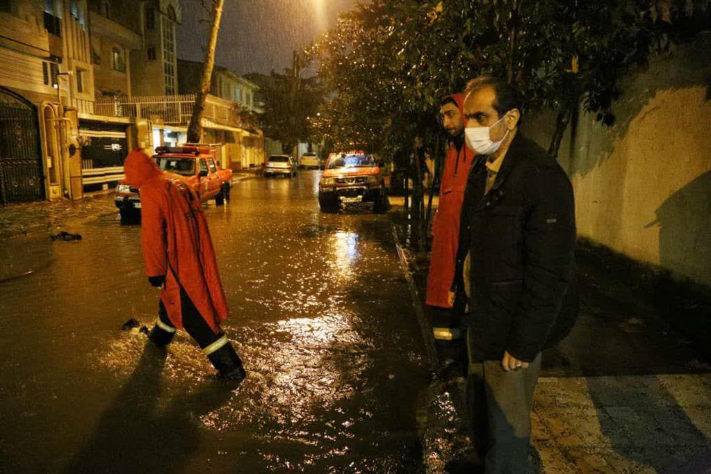 photo 2020 12 06 21 21 54 - در پی ادامه بارش باران، بازدید شبانه شهردار رشت از سطح شهر
