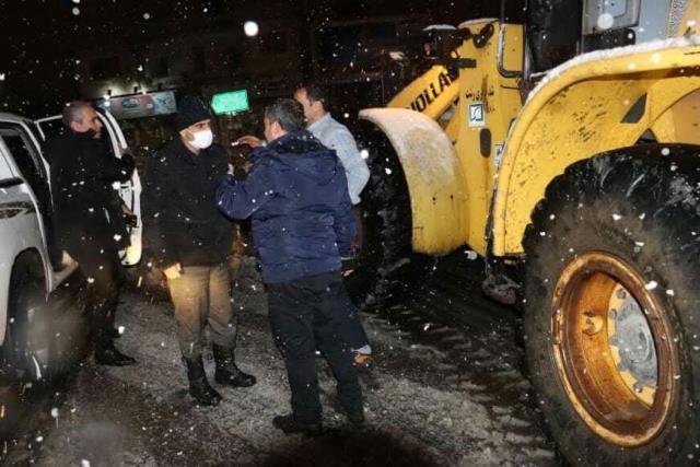 photo 2021 03 13 02 38 35 - گزارش تصویری حضور میدانی شهردار رشت و مدیران شهرداری و اجرای عملیات برف روبی در سطح شهر همزمان با بارش برف (۱)