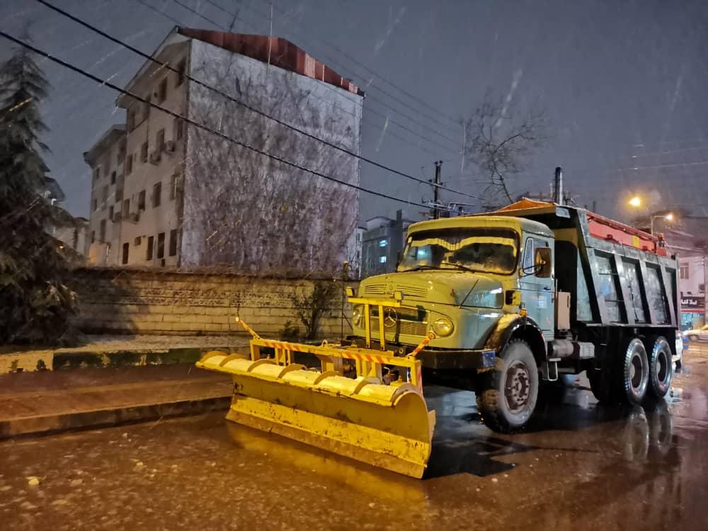 esteghrare mashinalat12 - استقرار ماشینآلات شهرداری رشت در نقاط مختلف شهر در دقایق اولیه بارش برف