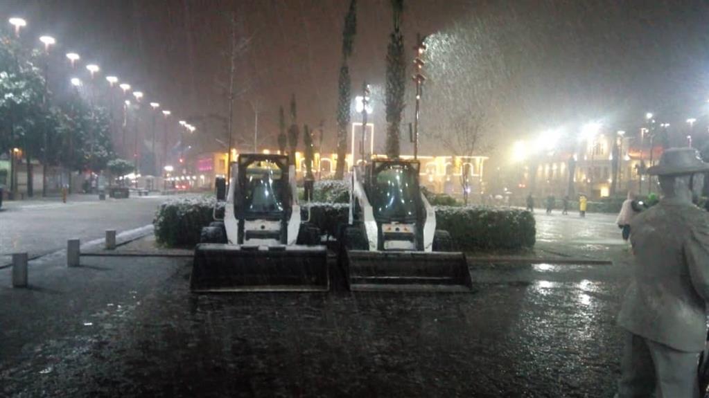 esteghrare mashinalat6 - استقرار ماشینآلات شهرداری رشت در نقاط مختلف شهر در دقایق اولیه بارش برف