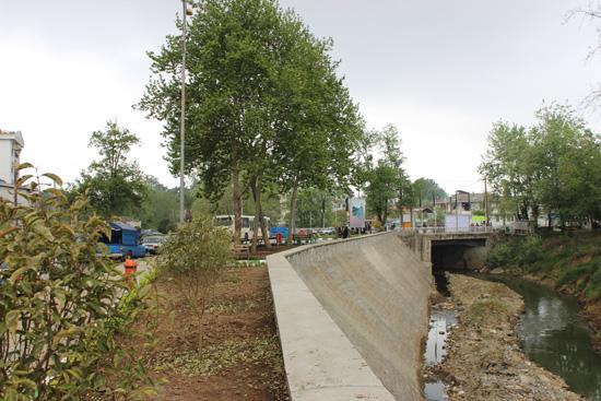 احداث دیوار حفاظتی حاشیه رودخانه پارک شهر